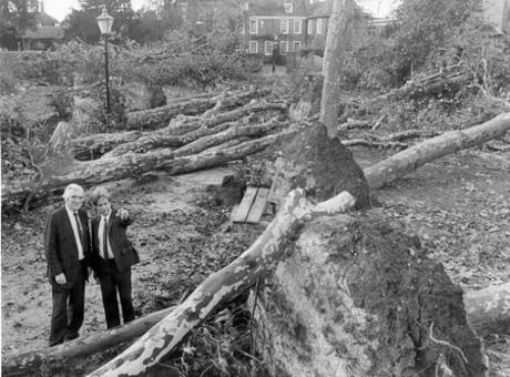 Trabalhadores levantamento dos prejuízos após as tempestades de 1987