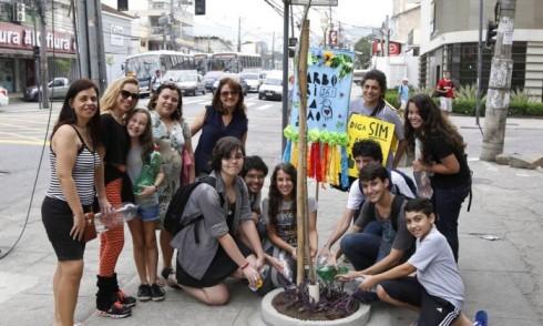 Moradores da Freguesia que adotaram árvores em frente ao aldrago da turma do Intellectus - fabio rossi da Infoglobo